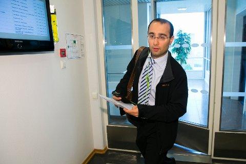 DØMT: Amir Hossein Mirmotahari er dømt til 11 års fengsel. Her er den tidligere forsvarsadvokaten avbildet på vei til fengslingsmøte fra den gang han praktiserte som advokat.