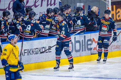 GOD DEBUT: Spartas nykommer Emil Lundberg (nummer 79) leverte en god debut i den blåhvite drakten i torsdagens treningskamp mot Storhamar. Her gratuleres han etter en av sine scoringer mot Hamar-klubben.