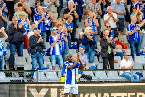HYLLET: Publikum hyllet Sarpsborg 08s Ibrahima Koné med å reise seg da han ble byttet ut i kampen mot Sandefjord søndag.