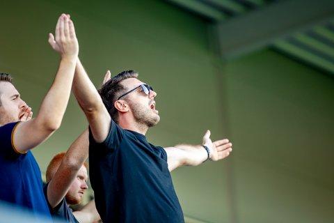 Fazli Maxharraj henter inspirasjon fra utlandet for å skape god stemning på Sarpsborg stadion.
