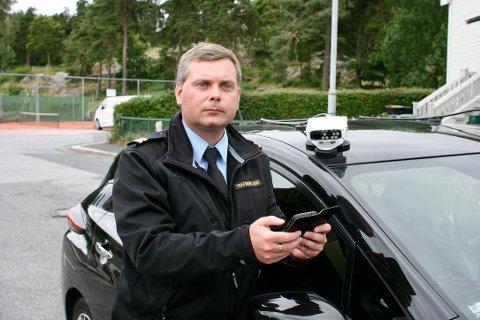 TIL STOR HJELP: Trafikkbetjent Kurt Vegar Johansen fra Sarpsborg kommune har fått en mer effektiv arbeidsdag. Ny teknologi bidrar til at de når større områder på kortere tid.