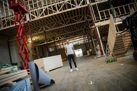 MYE IGJEN: Hubert Moen, daglig leder i Elitepadel i Sarpsborg, overser byggingen av padelsenteret. Fortsatt er det mye som skal på plass.