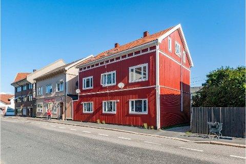 Tre bygårder i Fredrikstad og Sarpsborg er lagt ut for salg. Denne, i Pellygata, er en av dem.