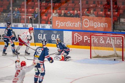 LOKALOPPGJØR: Her scorer Andreas Heier det avgjørende målet som sørger for at Stjernen vinner 3-2 etter spilleforlengelse mot Jake Paterson og Sparta.