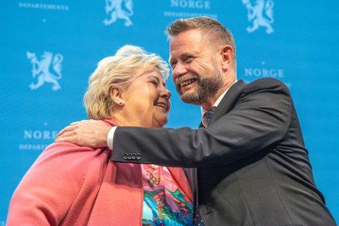 Oslo 20210924.  Statsminister Erna Solberg og helseminister Bent Høie gir hverandre en klem under pressekonferanse om koronasituasjonen. Foto: Ali Zare / NTB