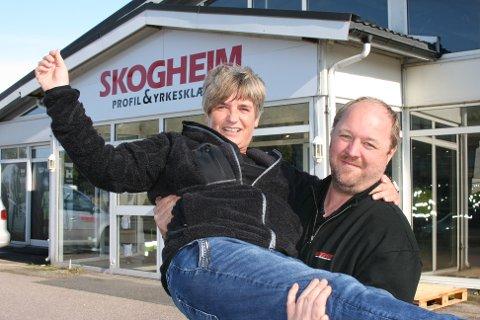 KLAR FOR ÅPNINGSFEST: Torsdag denne uken åpner Kjersti Hansen og Jonas Elofsson dørene til Skogheim Profil & Yrkesklær.