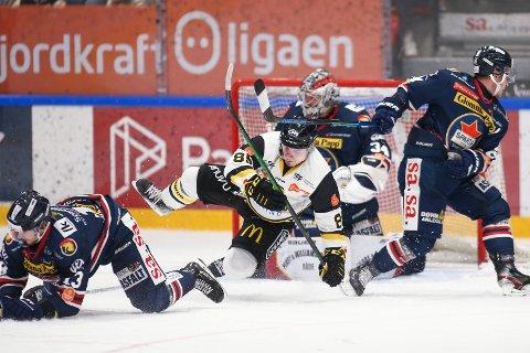 Stavanger Oilers spiller Carl Christoffer Karlsen fra Sarpsborg ble avgjørende da Stavanger slo Sparta 2-1.