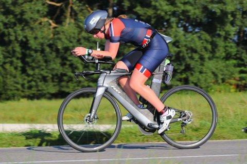 Karoline Johansen tok sølv under EM i triatlon full distanse klasse 18-24 år i helgen.