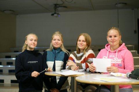 UNGE DEBATTLEDERE: Nora Andersen, Ruth Emma Nilsen, Lotta Lorentsen og Jessica Kristoffersen fra 10. klasse på Hafslund ungdomsskole styrte onsdagens valgdebatt.