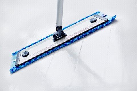 Mikrofiber rengjør like godt i tørr tilstand som i våt. En tørr mikrofibermopp virker ved at den gjennom elektrostatisk ladning trekker til seg støv.