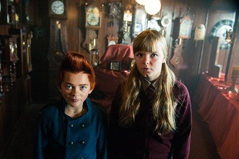 """Bulle og Lise, eller Eilif Hellum Noraker og Emily Glaister som skuespillerne heter, i """"Doktor Proktors tidsbadekar"""". Foto: Kata Vermes / Handout / NTB scanpix"""