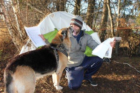 Remi Reiersen er overveldet over alle tilbudene han og hunden Gråtass har fått.