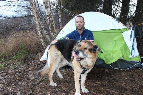 Remi Reiersen (32) nekter å avlive den blinde og halte hunden Gråtass. Det gjør det vanskelig å komme inn på leiemarkedet. I stedet bor han i telt.