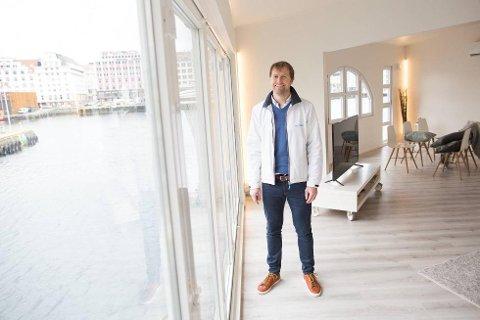 Per-Andrè Wiberg har jobbet i to år med å få den flytende villaen klar til salg.