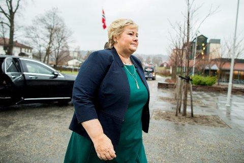 Statsminister Erna Solberg understreker at det er svært viktig å få flyktningene i arbeid. Her ankommer hun Unio-konferansen på Sundvolden tirsdag.