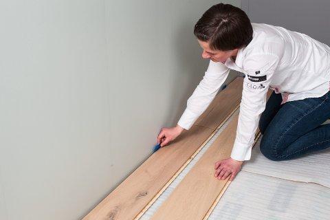 Det skal alltid være en liten avstand mellom veggen og gulvet.