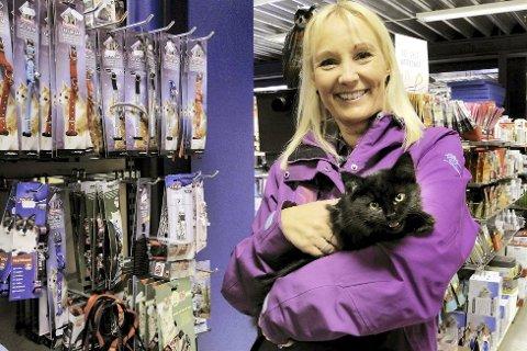 Tine Tellefsen og kattungen Milla var en tur i dyrebutikk.  I dag skal jeg kjøpe en ny leke til henne og kanskje et halsbånd.