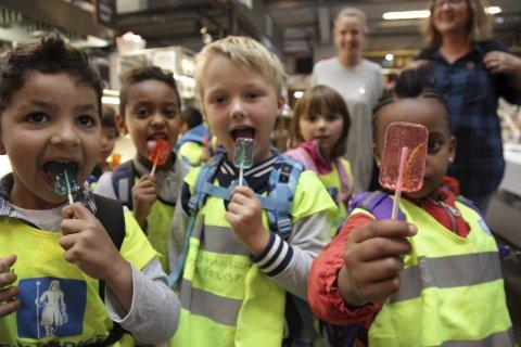 Barnehagebarn fra Oslo spiser kjærlighet på pinne med insekt.