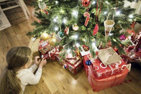 I år kan det godt hende at gaven barnet ditt får til jul allerede har en historie.