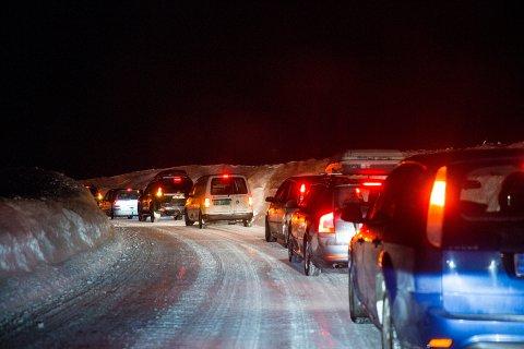 Kolonnekjøring kan ta tid. Her står bilene i kø mellom Haukeligrend og Hovden i Aust-Agder.