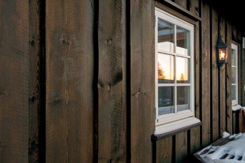 Ta en titt på vinduene mens du sjekker fasaden. Trenger de ny behandling?