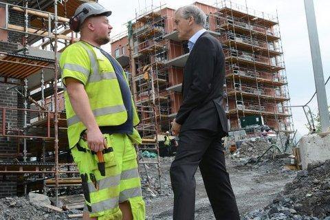 Jonas Gahr Støre er bekymret over utviklingen i norsk arbeidsliv. Her hører han på erfaringene til elektriker Glenn Brettvik.