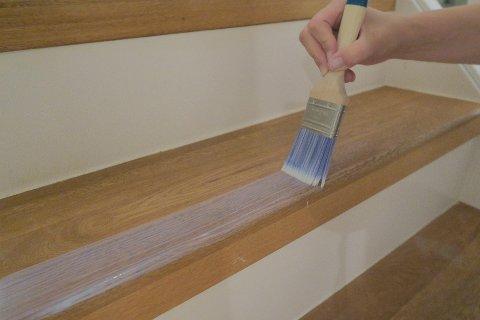 Malte og lakkerte trappetrinn kan påføres et transparent sjikt med sklisikring. Det går også å blande inn sklisikringsmiddel i malingen eller lakken.