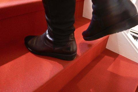 Vær spesielt obs ved valg av teppe i trapp og sats på tepper med god slitestyrke. Jo tettere og lavere luv, jo mer tråkk tåler teppet.