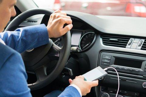 Utrykningspolitiet sier menn over 45 år er verst. Flere av dem som blir stoppet innrømmer at de ser på TV mens de kjører bil.