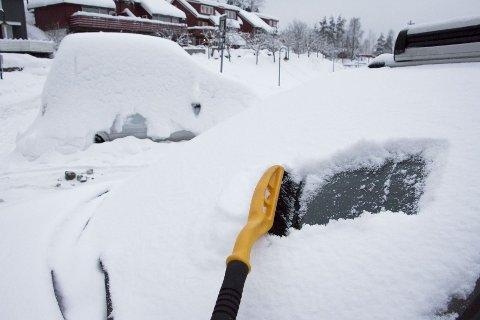 Snø og is utgjør en stor fare dersom det faller av bilen i fart.