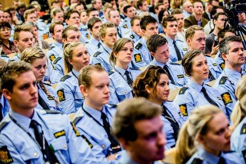 Politistudenter er mest tilfreds med kvaliteten på studiet sitt. Her er et kull politistudenter fotografert under framleggelsen av en stortingsmelding i 2013.