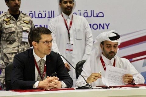 Konsernsjef Geir Håøy i Kongsberg Gruppen og Nasser al-Naimi, administrerende direktør i qatarske Barzan Holdings, signerer samarbeidsavtale i Qatar om langsiktige teknologiutviklingsprogrammer innen forsvar, maritim industri og digitalisering.