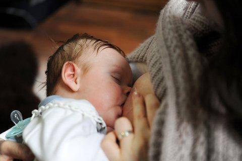 SV og Sp stiller krav om at mor og barn skal sikres en god og trygg omsorg ved fødsel og i barsel.