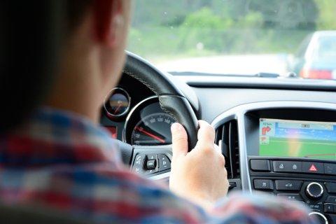 Når du kjører bil, skal fokuset ligge på veien og hendene skal være på rattet.