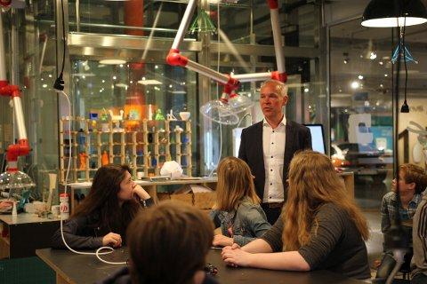 Kunnskapsminister Jan Tore Sanner (H) besøkte mandag den digitale sløydsalen på Teknisk museum i Oslo sammen med 24 elever.