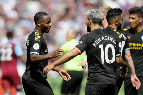 Raheem Sterling (t.v.) og Sergio Aguero jubler etter 5-0-seieren mot West Ham. Foto: AP Photo/Kirsty Wigglesworth)