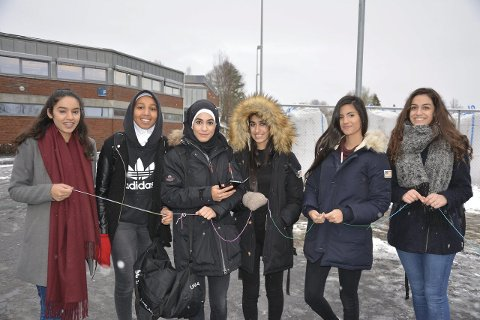 Godt skolemiljø: Navlin Kaur (f.v.), Filsan Kahin, Mariam Al-Shorayer, Lorin Abdullah, Mariam Sadayo og Sundes Taufiq trives på Askim videregående skole. – Her er det et godt miljø, sier de.