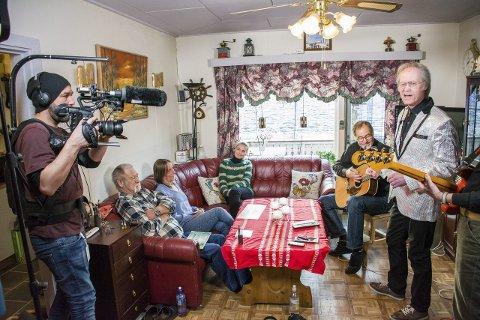 INTIMKONSERT: Tom Ivan Finsdal hadde med seg gitarist Jan Sørlie og bassist Tore Aaberg hjemme i stua til Nabolaget-vinnerne Per Arne Gjerstad og Ellinor Marie Granrud.