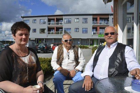NATURLIG MØTEPLASS: Maya Ruud (45), Bjørn Aasand (65) og Lars Jegerlund (50) mener Spydeberg torg er den mest naturlige møteplassen – selv om Myra/Tebo skal utvikles. De trives best på Torgdamene Café. – Her er det et rolig og fint miljø, sier de.