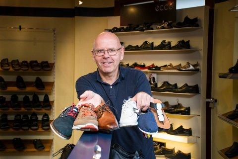 VAR SKEPTISK: Lars Rom kan se tilbake på strålende salg i april. – All honnør til kundene for å finne frem til tross for labyrinten de måtte gjennom for å finne butikken. Det er hyggelig at de likevel velger å handle sko hos meg, sier butikksjefen.