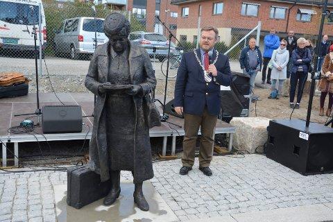 Rørt mottaker: Ordfører Thor Hals (H) var rørt da han takket for den flotte statuen av Klara Skoglund - Østfolds første kvinnelige stortingsrepresentant.