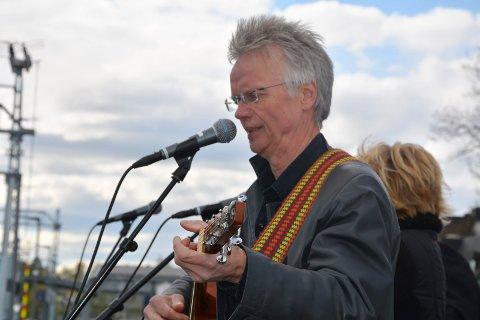 Barnebarn: Geir Jarhen er Skoglunds barnebarn. Sammen med sitt band underholdt musikeren på stasjonen etter avdukingen.