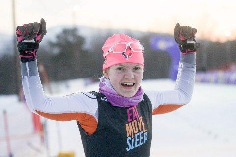 Håper på mye jubel: Trøgstad-jenta Karoline Bjerke Skatvedt konkurrerer i skihopp og langrenn både om sommeren og på vinteren. Ambisjonene er det ingenting i veien med. Her er hun i godt humør på Hovedlandsrennet i vinter.arkivfoto