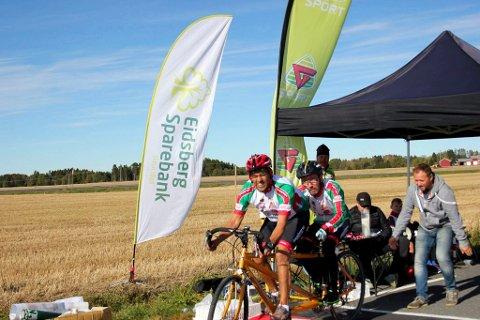 SAMARBEID: Leder i Smaalenene Sykkelklubb, Samir Tawfiq, var pilot for svaksynte Marius Vincent Philipp under klubbmesterskapet.