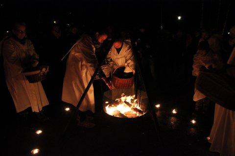 Brant himmelbrev: Englene samlet inn himmelbrev og brant de på bålet.
