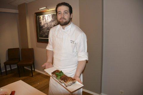Kjøkkensjef: Aleksander Vik (27) er kjøkkensjef ved Smaalenene Hotell. Når julaften kommer, spiser han bare morens pinnekjøtt. Da er han lei smaken av ribbe. For på jobb må han smake på maten før han sender den ut til kundene.