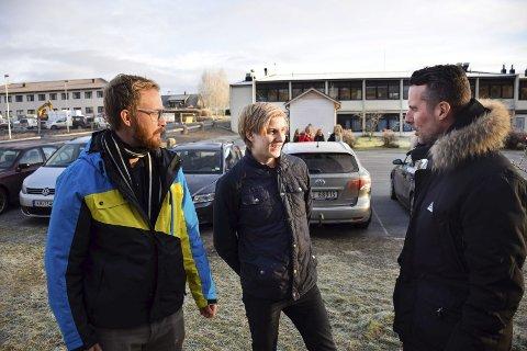 TIPS: Ole Kristian Johannessen (17) fikk gode råd om hva han bør tenke på når han kjører fra både Paal Gunnar Mathisen (til høyre) og Jørn Skaarer fra Trygg Trafikk.