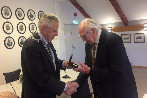 Ordfører Petter Schou overrekker minnemedaljen til Finn Boger.