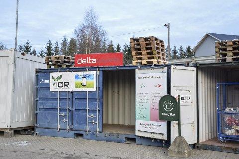 Lever det her: I denne containeren til Delta kan du levere ting som er for bra til å kaste og som andre kan få bruk for. Ved siden av står også gratis og trygg levering for alt elektrisk.