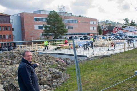 GOD NABO: Mysen-rektor Brynjard Rønningen foran det som skal bli ny tannklinikk, vegg i vegg med Mysen videregående skole.